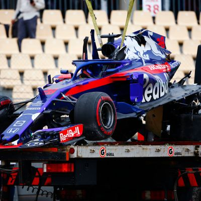 Brendon Hartleyn autoa hinataan pois radan varresta.