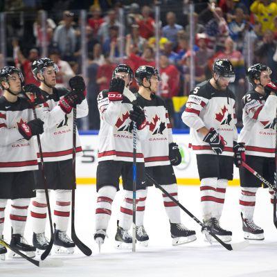 Kanadan pelaajia pettyneinä siniviivalla MM-välierän häviämisen jälkeen.