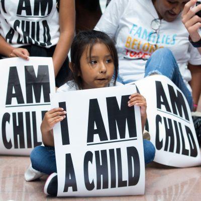 Mielenosoittajat vaativat perheiden pikaista yhdistämistä torstaina Washington DC:ssä.