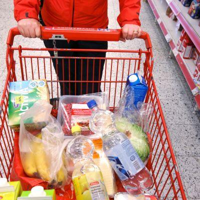 Ostoskärry on pullollaan elintarvikkeita.