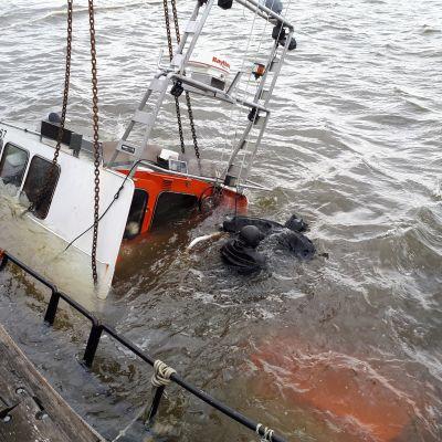Pietarsaaren Urheilusukeltajien laiturissa ollut vene upposi torstaina aamupäivällä.