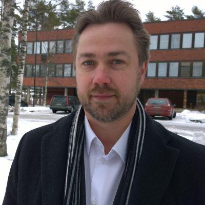 Mika Hatanpää Kankaanpään kaupungintalon edessä