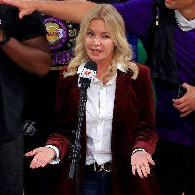 Jeanie Buss pitää puhetta Lakersin voitettua mestaruuden.