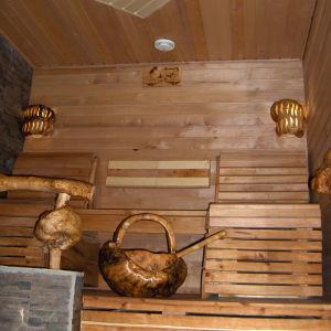 Pahkasauna, puulämmitteinen kiuas, järvimaisema ja ulkoterassi, siinäpä ainekset makoisalle saunomiselle!