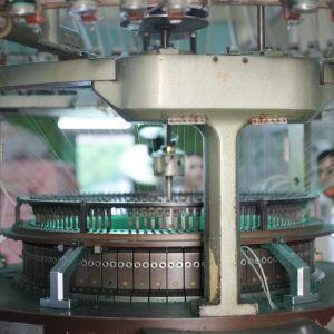 Maskin som stickar trikåtyg.