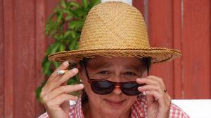 Susanne Ringell kikar fram bakom sina solglasögon