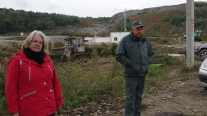 Yles reporter Kerstin Kvonvall vid avstjälpningsplatsen Hrybovytji i Ukraina