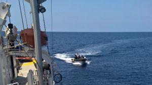 Pirater närmar sig Rainbow Warrior i Röda havet