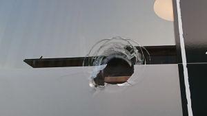 Krossad fönsterruta, det är ett hål i rutan.
