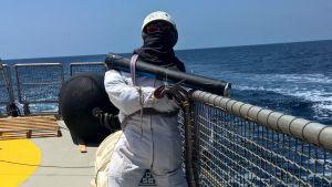Skyltdocka utklädd till beväpnad vakt skrämmer pirater