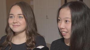 Två kvinnliga gymansieelever i Lovisa gymnaisum i närbild.