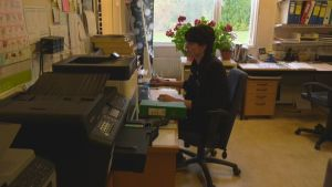 Solvita Lundell vid en kontorsbord.