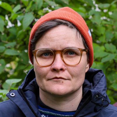 Pauliina Feodoroff står på en bakgård.