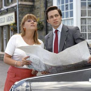 Kuvassa lääkäri David Cheriton (Julian Overden) kysyy tietä Gina Wardilta (Tricia Penrose) St Aidan sairaalaan.