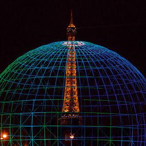 Unescon pääkonttori Pariisissa ja Eiffeltorni valotaiteilija Kari Kolan sinisessä valossa.