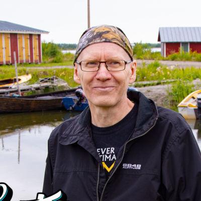 En man står i en småbåtshamn