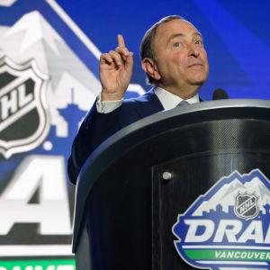 NHL-ledaren Gary Bettmann i samband med draften 2019.