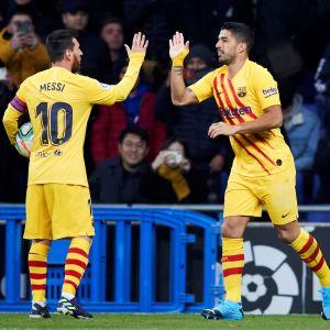 Lionel Messi och Luis Suarez firar ett mål.