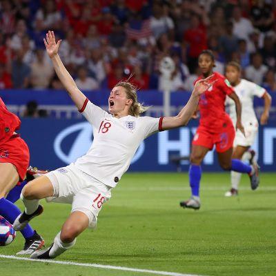 Suomalaiset ovat innostuneet käynnissä olevista jalkapallon naisten MM-kisoista. Yhdysvaltojen ja Ranskan välinen puolivälieräottelu oli TV2:n katsotuin ohjelma viime viikolla.