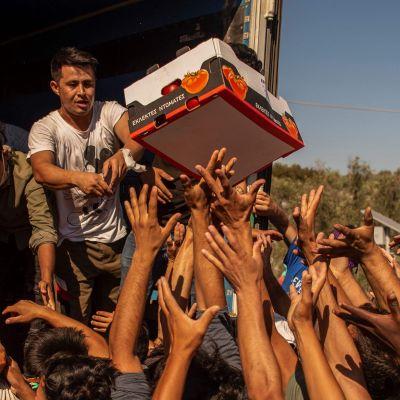 Matutdelning till hemlösa migranter på Lesbos