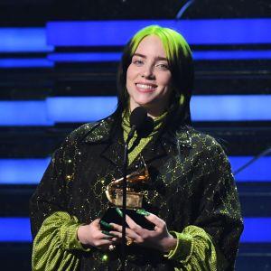 Billie Eilish tar emot pris för bästa låt på Grammygalan 2020.