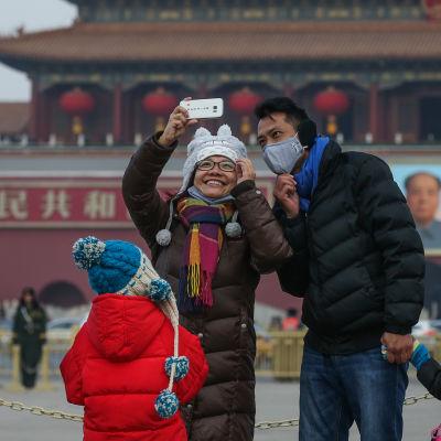 Peking slog larm om dålig luft på söndagen samtidigt som man meddealde att det sista kolkraftverket i staden har stängts. De flesta turister på Himmelska fridens torg bad andningsskydd