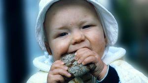 vauva syö ruisleipää