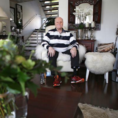 Ilkka Nummisto istuu kotinsa olohuoneessa.