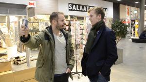 Dan Granqvist och intervjuad står mittemot varandra