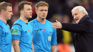 Rudi Völler kritiserar domare under Bayer Leverkusen - Borussia Dortmund, februari 2016.