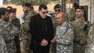 Libyens premiärminister Faraz Serraj träffar ledningen för den FN-stödda regeringens styrkor utanför Tripoli den 5 april 2019.
