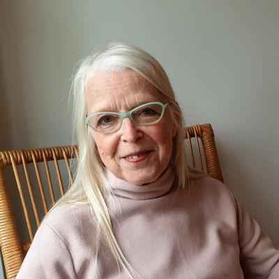 Tekstiilitaiteilija Anna-Maija Aarras istuu korituolissa