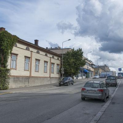 Vy från Rådhusgatan över gamla linden