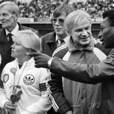 Brasilialainen jalkapallon pelaaja Pele Suomessa 21. syyskuuta 1986. Kuvassa Pelen seurassa suomalainen pelaaja Aulis Rytkönen stadionilla.