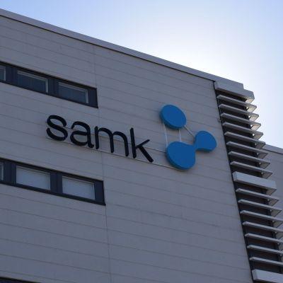 Satakunnan ammattikorkeakoulu SAMK logo uuden kampuksen seinällä Porissa