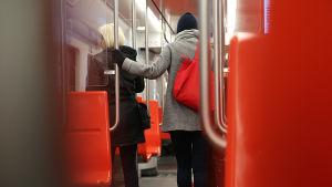 Människor som är i färd med att stiga av metron.