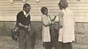 Kurt-Erik Wikstedt och Gia Mellin intervjuar kvinna på gatan, Borgåbladet 1.9.1973.
