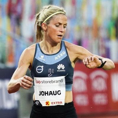 Therese Johaug löper på Bislett och kollar klockan.