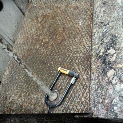Polkupyörän lukko kiinni metallitolpassa.