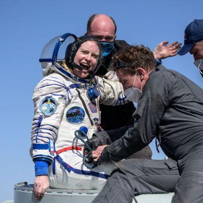 Astronautti Kate Rubins heiluttaa kädellään palattuuan avaruuslennolta.