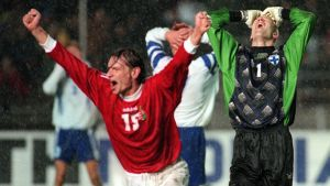 Ferenc Horvath firar Ungerns kvittering mot Finland. Bollen har studsat i mål via Teuvo Moilanen.