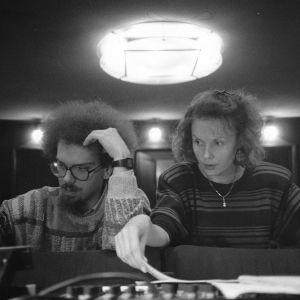 Säveltäjäpariskunta Jean-Batiste Barrière ja Kaija Saariaho työskentelemässä miksauspöydän ääressä.