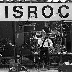 U2-yhtye esiintymässä Ruisrockissa vuonna 1982.