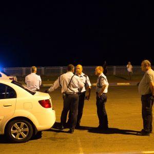 Israeliska poliser vid stranden i Jaffa efter att en palestinsk raket slagit ner i havet strax söderom Tel Aviv (15.11.2012).