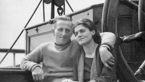 Svartvit bild av paret Sven och Pamela som sitter på däck.