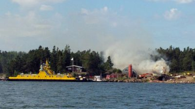 Plattform brinner vid Retais i Korpo.