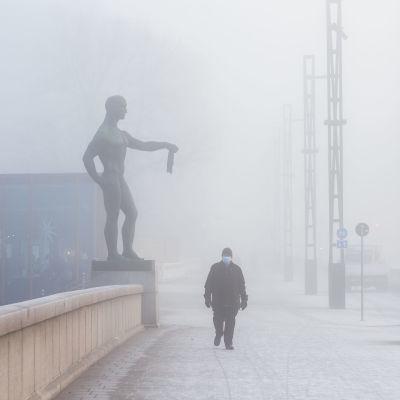Tampereen Hämeensilta vahvan sumun peitossa 10.11.2020.