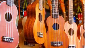 Flera hängande ukulelen.