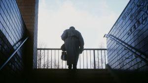 En äldre dam går uppför trappan
