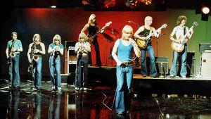 """Petri & Pettersson Brass -yhtye esiintyy TV2:n """"Iltatähti""""-ohjelmassa. Petri Pettersson laulaa."""